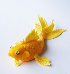 Clay or fondant goldfish Polymer Clay Fish, Polymer Clay Figures, Polymer Clay Animals, Fimo Clay, Polymer Clay Projects, Polymer Clay Creations, Fondant Figures, Fimo Kawaii, Fondant Animals