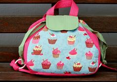 Bolsas em patchwork passo a passo – Artesanato Brasil Reborn Baby Girl, Reborn Babies, Colegio Ideas, Bowling Bags, Pouch, Wallet, Sewing Class, Sewing Table, Fabric Bags
