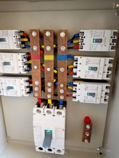 Wat is this? Electrical Panel Wiring, Electrical Cabinet, Electrical Circuit Diagram, Electrical Symbols, Electrical Layout, Electrical Projects, Electrical Installation, Electronics Projects, Electronic Engineering