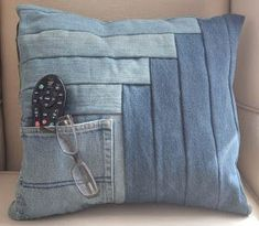 Here are 25 wonderful FREE patterns for denim quilts, pillows and bags ! For even more inspiration, see our previous posts on quilts made . Denim Quilts, Denim Quilt Patterns, Blue Jean Quilts, Bag Patterns, Wool Quilts, Artisanats Denim, Denim Purse, Sewing Pillows, Diy Pillows