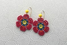 Learn about traditional Huichol bead art and how to create your own colorful peyote netted bead flowers for earrings or crafts Beaded Flowers Patterns, Beaded Jewelry Patterns, Embroidery Jewelry, Beading Patterns, Seed Bead Jewelry Tutorials, Beading Tutorials, Beaded Crafts, Bead Jewellery, Bead Crochet