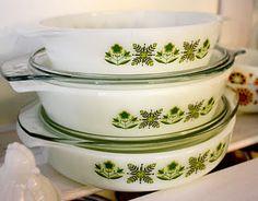 I love vintage Pyrex! Vintage Pyrex Dishes, Vintage Bowls, Vintage Tupperware, Vintage Kitchenware, Vintage Tins, Vintage Glassware, Kitchen Dishes, Glass Kitchen, Glass Dishes