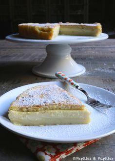 """Le fameux """"magic cake"""" - Cette pâtisserie aux supers pouvoirs n'est autre que la petite-fille d'une gourmandise d'antan, le millasson. Sa particularité : réunir en une part un flan, une crème, et une génoise. Il suffit d'une seule préparation pour obtenir les trois textures. Ajouter des blancs d'oeufs fouettés à la pâte (pour obtenir une génoise) et de procéder à une cuisson lente et précise, à 150° (pour obtenir l'aspect flan et crème).  Blog Papilles et Pupilles."""