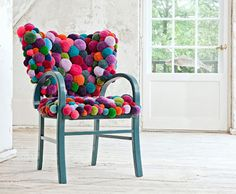 Dywany, krzesła i pufy z kolorowych pomponów   Archemon – Architektura, Design…