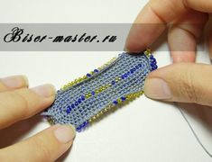 "Очечник ""Королевские лилии"" Crochet Beaded Bracelets, Beaded Jewelry Patterns, Beaded Purses, Beaded Bags, Bead Crochet, Diy Crochet, Beading Patterns, Crochet Patterns, Hand Embroidery Stitches"