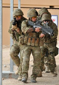 British Royal Marines with 42 Commando are pictured during live firing traning in the Mojave Desert in California, USA. British Royal Marines, British Armed Forces, British Soldier, British Army, Military Special Forces, Military Police, Military Weapons, Usmc, Military Photos