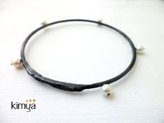 This oxidized silver bracelet is a modern accesory for any occasion, wear it with jeans or formal black, this pearls bracelet is perfect for wear day