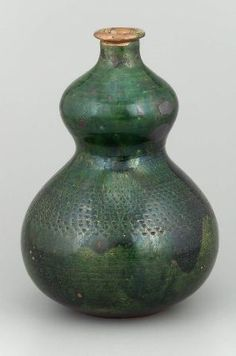 Gourd shaped saki bottle with impressed decoration and copper green glaze. Japanese Ceramics, Japanese Pottery, Moon Jar, Types Of Ceramics, Sake Bottle, Japanese Aesthetic, Green Copper, Japanese Design, Gourds