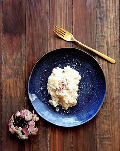 Familientisch - einfach gut Die wichtigste Mahlzeit ist bei uns der Znacht. Abends versuchen wir uns gemeinsam an den Familientisch zu setzen. Das ist mir wichtig. Aber es klapptunter der Woche mit den unterschiedlichen Trainingszeiten natürlichnicht immer. Die Gerichte die auf den Tisch kommen müssen dabei nicht aufwendig sein. Blechgerichte wie z.B das Chugeliblech erleichtern unter der Woche die Küchenarbeit. Ich finde das Kochen im Backofen sowieso sehr praktisch und zeitsparend. Dazu… Iron Pan, Kitchen, Instagram, Photos, Oven, Meal, Easy Meals, Recipes, Cooking
