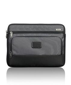 【ZOZOTOWN】TUMI(トゥミ)のクラッチバッグ「ミディアム・ラップトップ・カバー」(026164)を購入できます。