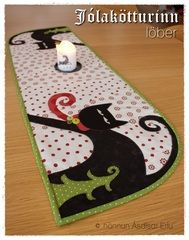 Adorable table runner - link leads to website.I wasn't able to find pattern Table Runner And Placemats, Quilted Table Runners, Small Quilts, Mini Quilts, Halloween Quilts, Halloween Runner, Halloween Placemats, Halloween Table Runners, Quilting Projects