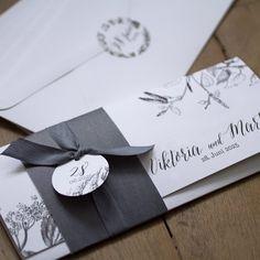 St James - Diese stilvolle Hochzeitseinladung ist vom Lithographie-Druck inspiriert und verzaubert durch ihren nostalgischen Look und die feinen Details. Klares, reines Weiß kombiniert mit rauchigem Schiefer lässt die Karte charaktervoll und zeitlos elegant wirken. Die feinen Birkenblätter und Holunderblüten wecken Vorfreude auf eine sinnlich-elegante Hochzeitsfeier.