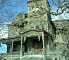 i love the porch on this abandoned house. Looks like a gaping maw. Abandoned Buildings, Old Abandoned Houses, Old Buildings, Abandoned Places, Abandoned Castles, Spooky House, Creepy Houses, Haunted Houses, Spooky Places