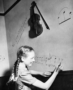 Young Julie Andrews already showing a musical leaning