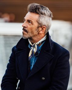 Discover the details that make the difference of the best unique people with a lot of Gents Fashion, Fashion Over 50, Mens Scarf Fashion, Fashion Outfits, How To Wear Bandana, Preppy Style, My Style, Latest Mens Wear, Moda Formal