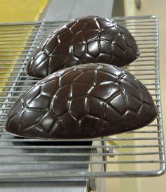 Comment faire un œuf de Pâques en chocolat (moulage chocolat) ?