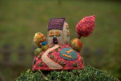 """""""October""""- figurine décorative maison sur la colline, art textile -grand modèle…"""