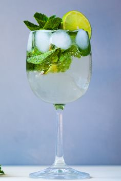 A classic Italian aperitivo, this hugo cocktail recipe is flavoured with elderflower, mint, lime and Prosecco for the perfect summer cocktail. Yes Way Rose, Frozen Rose, Italian Chef, Elderflower, Classic Italian, Summer Cocktails, Non Alcoholic, Prosecco, Cocktail Recipes