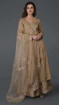 From our Indian Spring Collection, this Beige kurta and farshi palazzo suit is adorned with beautiful rose gold gota patti hand embroidery. The kurta and farshi ( wide leg palazzo pants) are crafted in fine bemberg modal and the dupatta is crafte Pakistani Formal Dresses, Pakistani Dress Design, Indian Dresses, Indian Outfits, Indian Clothes, Pakistani Bridal, Bridal Lehenga, Kurti Designs Party Wear, Kurta Designs