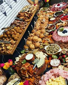 We could use this top board removable replace cold selection with hot later in the night Appetizer Recipes, Appetizers, Party Food Platters, Karaoke Party, Charcuterie And Cheese Board, Grazing Tables, Snacks, Wedding Catering, Finger Foods
