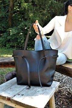 Description: 100% High Quality Cow Leather 100% Handmade 100% Beautiful This bag was inspired by my desire to create a beautiful, highly functional, yet inexpensive light leather bag. Its great for everyday use and is sturdier than you might think! This bag is a simple and classy tote that