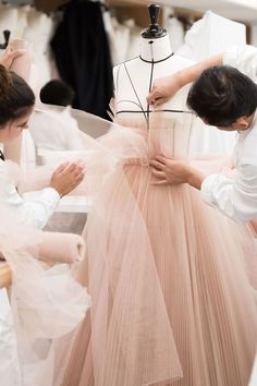 Natalie Portman's ballet-inspired Dior Couture gown took 250 hours to make - HarpersBAZAARUK Dior Atelier, Dior Couture, Haute Couture Fashion, Student Fashion, School Fashion, Moda Aesthetic, Aesthetic Black, Fashion Design Sketches, Look Fashion