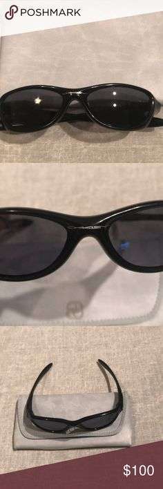 Price ✂️Oakley vintage style plastic frame shades Oakley vintage style plastic frame sunglasses, do not have original Oakley case, but will include the one pictured with the purchase. Oakley Accessories Sunglasses