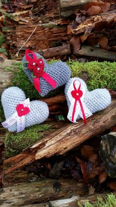 Ni minns väl mina virkade hjärtan med små rosor på? Nu har jag gjort en julvariant av dessa. Denna gången har jag virkat i Freja gar... Chrochet, Mauve, Christmas Ornaments, Holiday Decor, Diy, Beautiful, Hand Crafts, Crochet Angels, Threading
