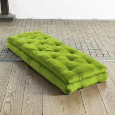 Buckle Up è una poltrona che si trasforma in un comodo e pratico letto, composta da 2 materassi futon legati da cinture di colore nero. Buckle Up appartiene