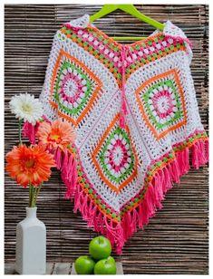 Poncho em croche com muito estilo para o frizinho em la colorida 100%manual <br> <br>Tam unico <br> <br>Para outras combinaçoes de cores consulte o vendedor