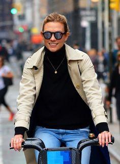 Karlie Kloss Photos - Karlie Kloss Happily Bikes in NYC - Zimbio