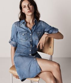 The denim trend is not going anywhere soon, and Spanish fashion brand Mango celebrates the textile with a new 'denim on denim' collection. From denim jackets to… London Fashion Weeks, Fashion Week Paris, Casual Street Style, Denim Vintage, Mode Jeans, Spanish Fashion, Denim Trends, Mango Fashion, Lookbook