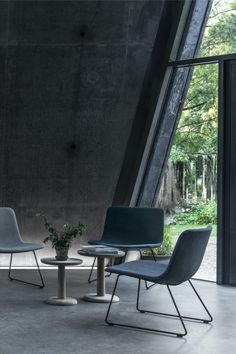 Pato Lounge Sledge is a versatile lounge chair that can be used in hotel lobbies, waiting areas and private homes. With padding and upholstery on both seat and back, Pato Lounge is a comfortable chair with a lightweight expression. #fredericiafurniture #patolounge #patocollection #modernoriginals #craftedtolast
