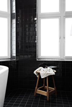 zwarte-badkamer-tegels