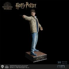 Wir zeigen den Star und Protagonisten der Harry Potter Ära im finalen Showdown. Mit erhobenem Blick richtet Harry den Zauberstab auf seinen Feind Voldemort. Life Size Statues, Harry Potter, Star Wars, Figure Size, Voldemort, Warner Bros, Halo, Movie Posters, Wand
