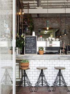 Charmoso e de ares industriais, este café apostou na combinação entre metais, tijolos e cimento. Destaque para os canos em cobre expostos à esquerda.