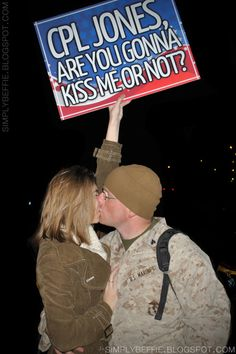 I love this sign :)YES making this for mike Homecoming Signs, Homecoming Pictures, Military Homecoming, Homecoming Ideas, Usmc Love, Military Love, Proud Navy Girlfriend, Deployment Quotes, Welcome Home Signs