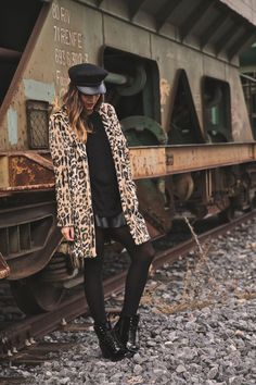 Very London. Fashion Tights, Fashion Outfits, Fashion Bloggers Over 40, Trendy Taste, Winter Trends, Autumn Street Style, Queen, Winter Looks, International Fashion