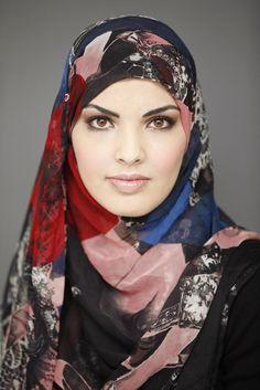 """""""Deze heb ik gekocht met mijn pappa in gedachten. In Dubai. Op 22 januari 2011. De dag dat hij precies drie jaar geleden is overleden. Mijn business visum in Qatar was verlopen. Ik werk daar als social media analist voor Al Jazeera. Baalde ontzettend, want wilde die dag liever in Qatar blijven en mijn tijd doorbrengen in een moskee.""""  #hoofddoek #hijab  http://www.hoofdboek.com/"""