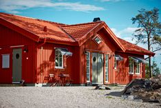 Construction Chalet, Red Roof House, Loft House, Exterior Doors, Sweden, House Plans, Cabin, Contemporary, Architecture