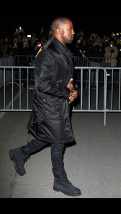 All Black Kanye in All Black Timbs Timberland Outfits Men, Timbs Outfits, Timberland 6, Kanye West Outfits, Kanye West Style, Kenya West, Black Timberlands, Fashion Essentials, Stylish Men