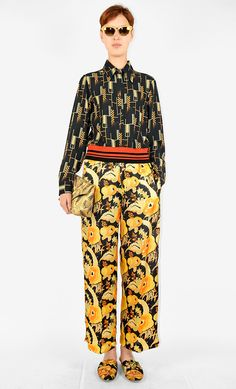 Born in Antwerp in Dries Van Noten is the third generation in a family of tailors. Latest men and women collections, special projects and shows. Anti Fashion, Daily Fashion, Summer Outfits Women Over 40, Haute Couture Fashion, Colourful Outfits, Fashion Pants, Autumn Winter Fashion, Street Style, Clothes For Women