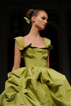 Beautifully structured green gown from Oscar de la Renta's Spring 2011 show.