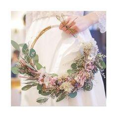 ナチュラルウェディングにぴったり!リースブーケのデザインまとめ | marry[マリー] Bridesmaid Flowers, Bride Bouquets, Bridal Flowers, Botanical Wedding, Floral Wedding, Wedding Wreaths, Wedding Decorations, Rustic Bohemian Wedding, Flower Girl Bouquet