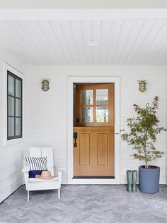 9 Springy Front Door & Porch Combos That'll Shake Away Those Winter Cobwebs (Emily Henderson) Indoor Outdoor, Outdoor Decor, Outdoor Lighting, Front Door Porch, Front Doors, Front Porches, Front Entry, Flur Design, Outdoor Pillow Covers