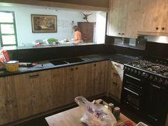 Keuken in gebruikt Steigerhout. Keukens volledig op maat verkrijgbaar in verschillend hout soorten mogelijk