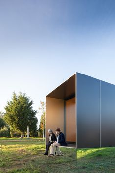 near-invisible base - The MIMA House brand recently designed a tiny farmhouse that looks like it is floating thanks to its near-invisible base. While MIMA House has prod. Affordable Prefab Homes, Modern Prefab Homes, Prefabricated Houses, Modular Homes, Container Architecture, Architecture Design, Tokyo Architecture, Mobile Architecture, Villa Savoye