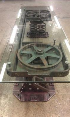 Ha sikerül hozzájutni egy kis ipari acél hulladék anyaghoz - például egy több tonnás ipari szalagfűrészhez... -, akkor ki ne dobjuk! Minél nagyobb, annál jobb - csak férjen el a teraszunkon. Tegyünk rá üveglapot, és akár vacsora közben is gyönyörködhetünk ebben a különleges asztalban! A terítő használata ebben az esetben szinte vétek!