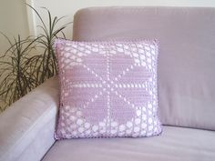Throw Pillows, House And Home, Flower Crochet, Tutorials, Deco, Presents, Toss Pillows, Decorative Pillows, Decor Pillows