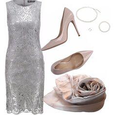 Le damigelle sono in grigio come la sposa, ma con un tocco di rosa. L'abito a tubino è indossato con décolleté in vernice rosa, sciarpa in seta e accessori di perle.